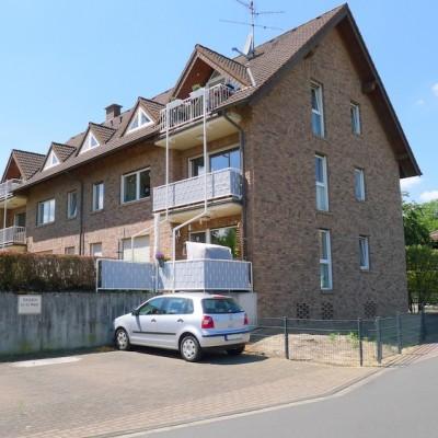 Rheidt, gemütliche Dachgeschosswohnung mit Balkon und PkW-Stellplatz
